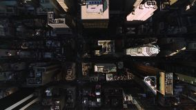 Vista de pájaro aérea superior impresionante en rascacielos altos de la arquitectura moderna céntrica de Nueva York Manhattan almacen de video