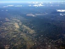 Vista de pájaro de la ciudad de Chiangmai en Tailandia de la ventana del aeroplano Imágenes de archivo libres de regalías