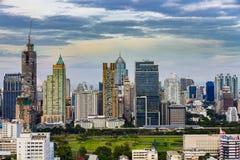 Vista de pájaro de las ciudades con el fondo del cielo azul de las nubes Fotos de archivo