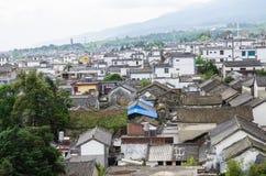 Vista de pájaro del edificio histórico local del tejado de la arquitectura de Dali Old Town en Yunnan fotos de archivo libres de regalías