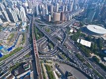 Vista de pájaro de la fotografía aérea del lan del camino del puente del viaducto de la ciudad fotos de archivo libres de regalías