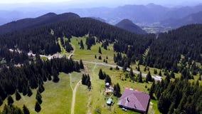 Vista de pájaro de la torre de Snezhanka en las montañas durante la estación de verano, Bulgaria de Rhodope almacen de metraje de vídeo