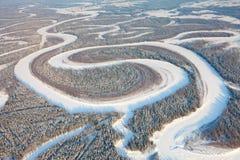 Vista de pájaro sobre el río del bosque en invierno Foto de archivo libre de regalías
