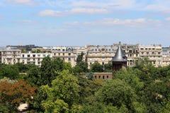 Vista de París en un día soleado Tejados de París en tiempo claro imágenes de archivo libres de regalías