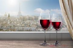 Vista de París y de la torre Eiffel de la ventana con dos copas de vino Fotos de archivo libres de regalías