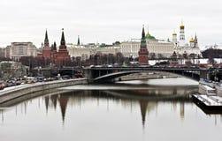 Vista de paredes grandes do palácio do Kremlin e do Kremlin em Moscou Foto de Stock Royalty Free