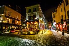 Vista de Paris típica Café Le Consulat em Montmartre, França Foto de Stock