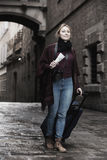 Vista de passeio da mulher curioso na cidade Imagem de Stock