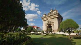 Vista de Patuxai - arco de Triumph de Vientiane vídeos de arquivo