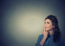 Vista de pensamento da mulher bonita feliz acima Fotografia de Stock Royalty Free