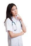 Vista de pensamento do doutor fêmea novo asiático acima Imagens de Stock