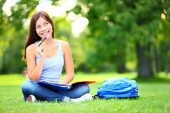 Vista de pensamento do estudante no parque Imagem de Stock
