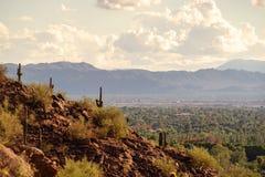 Vista de Phoenix e de Tempe da montanha do Camelback no Arizona, imagem de stock