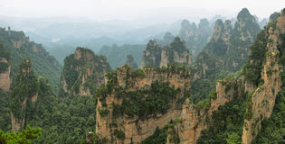 Vista de picos majestuosos de la montaña de Tianmen foto de archivo