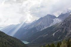 Vista de picos y del lago rocosos en valle de la montaña. Fotografía de archivo libre de regalías