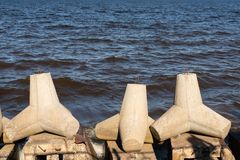 Vista de piedras tetrápodas en la orilla de mar para prevenir el ersosion costero foto de archivo libre de regalías