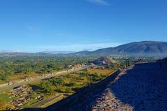 Vista de pirâmides da lua na cidade antiga Teotihuacan - México foto de stock royalty free