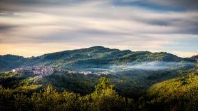 Vista de Pisoniano con niebla Fotografía de archivo