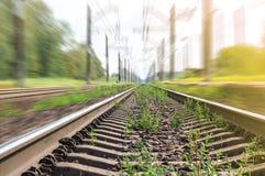 Vista de pistas ferroviarias en el movimiento imagenes de archivo