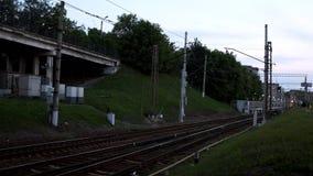 Vista de pistas ferroviarias vacías en suburbios Cantidad com?n Ferrocarriles de ramificación con la hierba verde en el fondo de  almacen de metraje de vídeo