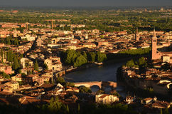 Vista de Ponte Pietra en Verona de los Di Lourdes de Santuario Madonna Imagen de archivo libre de regalías