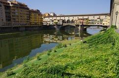 Vista de Ponte Vecchio en Florencia en verano Fotos de archivo libres de regalías
