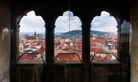 Vista de Praga de la torre de reloj Fotos de archivo libres de regalías