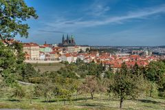 Vista de Praga do monte de Petrin imagens de stock royalty free