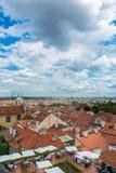 Vista de Praga en día de verano brillante foto de archivo