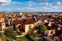 Vista de Praga: Jardim de Vrtbovska e Saint Nicholas Church fotografia de stock