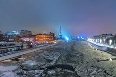 Vista de Prechistenskaya Naberezhnaya e Peter que a grande estátua de Patriarshy constrói uma ponte sobre na noite no inverno MOS fotografia de stock royalty free