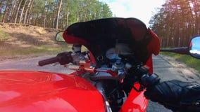 Vista de primera persona de una moto que consigue montada POV Montar a caballo del motorista abajo de la carretera nacional almacen de metraje de vídeo
