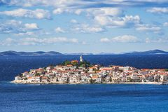 Vista de Primosten, Croácia Vista panorâmica Dalmatian da costa, destino croata famoso do turista imagem de stock