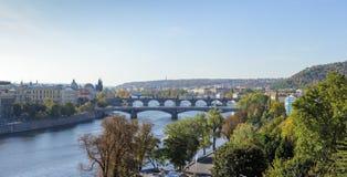 Vista de puentes en el río de Moldava Imagen de archivo