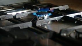 Vista de queimadura o gás natural durante todo a grade do fogão filme