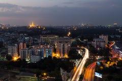 Vista de Rangún desde arriba en la oscuridad fotos de archivo