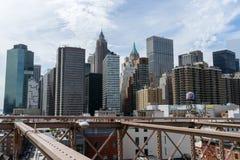 Vista de rascacielos del puente de Brooklyn, céntrica, Nueva York fotografía de archivo