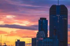 Vista de rascacielos en puesta del sol fotos de archivo libres de regalías