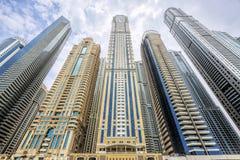 Vista de rascacielos modernos en el puerto deportivo de Dubai imagen de archivo