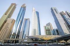 Vista de rascacielos y del metro de Dubai a lo largo de Sheikh Zayed Road imagenes de archivo