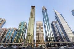 Vista de rascacielos y del metro de Dubai a lo largo de Sheikh Zayed Road foto de archivo libre de regalías