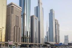 Vista de rascacielos y del metro de Dubai a lo largo de Sheikh Zayed Road foto de archivo