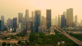 Vista de rascacielos y del parque del cementerio almacen de metraje de vídeo