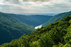 Vista de Raven Rock na floresta WV do estado da rocha dos tanoeiros foto de stock