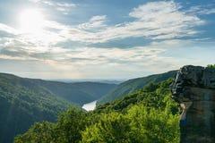 Vista de Raven Rock na floresta WV do estado da rocha dos tanoeiros fotos de stock