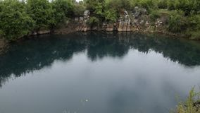 Vista de relajaci?n de la naturaleza albanesa hermosa La lluvia ligera cae en un lago natural rodeado por la flora verde almacen de video