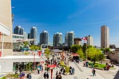 vista de relajar que camina de mucha gente y del divertirse en área de la ciudad de Toronto abajo el día soleado Fotografía de archivo libre de regalías