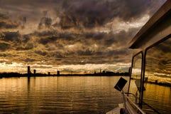 Vista de Riga vieja del barco en el amanecer Fotos de archivo