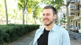 Vista de riso do homem afastado na rua video estoque