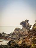 Vista de rocas cerca la atracción turística famosa en Jeju Islan Foto de archivo libre de regalías